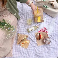 Image about vintage in Delicious by Ellinor on We Heart It Picnic Date, Summer Picnic, Comida Picnic, Aesthetic Food, Beige Aesthetic, Nature Aesthetic, Cute Food, Cookies Et Biscuits, Cravings