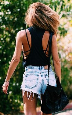 Den Look kaufen:  https://lookastic.de/damenmode/wie-kombinieren/schwarzes-traegershirt-hellblaue-jeansshorts-schwarze-leder-umhaengetasche/10794  — Schwarzes Trägershirt  — Hellblaue Jeansshorts  — Schwarze Leder Umhängetasche