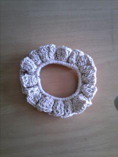 「ふりふりシュシュ」長々編みでふりふりを出したシュシュです。[材料]コットンの毛糸/ゴム(輪のゴムがあれば、輪のゴムがよい)