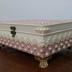 Neat use of pearls on corners Box Creative, Cigar Box Crafts, Altered Cigar Boxes, Decoupage Box, Antique Boxes, Pretty Box, Jewellery Boxes, Jewelry, Diy Box