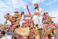"""Rajasthan este un stat în nordul Indiei . care ocupa  10,4 la sută din suprafața geografică totală a Indiei. Este cel mai mare stat indian pe zonă și al șaptelea ca mărime din populație . Rajasthan este situat în partea de nord-vest a Indiei, unde cuprinde cea mai mare parte și inospitalul deșert Thar (cunoscut și sub numele de """"Marele deșert indian"""") și împărtășește granița cu provinciile pakistaneze Punjab la nord-vest și Sindh la vest, de-a lungul văii Sutlej - Indus . Indiana, Pakistan, Camel, Asia, Valentines, Animals, Geography, Valentine's Day Diy, Animales"""