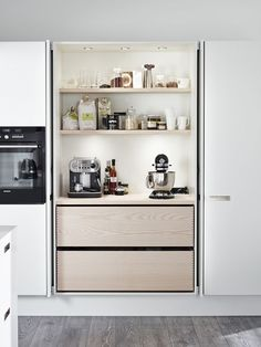 An integrated kitchen, it& so chic!- Une cuisine intégrée, c'est tellement chic ! An integrated kitchen, it& so chic! decocrush – www. Kitchen Interior, Interior, Hidden Kitchen, Kitchen Trends, House Interior, Home Kitchens, Pantry Design, Kitchen Renovation, Kitchen Design