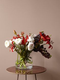 flower arrangement and wall color Color, Fall Decor, House Interior, Bedroom Inspirations, Floral Wreath, Bedroom Colors, Jotun Lady, Home Interior Design, Wall Color