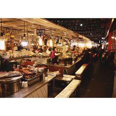 Gwang Jang Market um mercado tradicional de Seoulonde se encontra vários tipos de comida típica boa e barata.  . #seoul #instafood #Seoul_Korea #Korea #Koreanfood #gwangjangmarket #food #picoftheday #southkorea #wanderlust by nascipraviajar