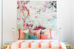 Lovely Market - News - Un appartement coloré par Linda Bergroth. Home Bedroom, Bedroom Decor, Modern Bedroom, Bedroom Setup, Bedroom Signs, Design Bedroom, Bedroom Apartment, Bedroom Ideas, Sofas Vintage