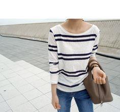 Today's Hot Pick :条纹打底衫 http://fashionstylep.com/SFSELFAA0007591/qnfdksekdcn/out 清凉海军风大牌逆袭,随心百搭,造型百变。满溢青春活力的拼色条纹,拥有清爽无限的海军魅惑。轻松自在的大圆领显露精致锁骨,女子的浪漫优雅悄然弥漫。轻薄面料 宽松版型,带来与生俱来的慵懒休闲气质! -大圆领 -拼色条纹 -轻薄面料 因个人身型不同,上身效果也会有所不同,请参考尺码表。