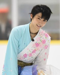 I will forever love the Hana ni Nare costume 😍😍😍😍😍😍 . Yuzuru Hanyu Javier Fernandez, Beautiful Boys, Pretty Boys, Skate Boy, Nathan Chen, Japanese Figure Skater, Shoma Uno, Medvedeva, Ice Skaters