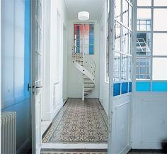 Puertas, ventanas y escalera de caracol de hierro.