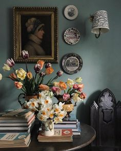 Sean Anthony Pritchard Daffodil and Tulip Bouquet English Country Decor, French Country Style, Country Life, World Of Interiors, Chinoiserie, Cosy Home, English Style, English Countryside, Reno
