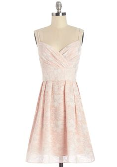 An airy petal-pink look, perfect for daytime strolls or nights in the garden!