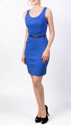 Este vestido azul klein de KAMI puedes combinarlo con un cincho y zapatos negros y lucir elegante en la oficina.