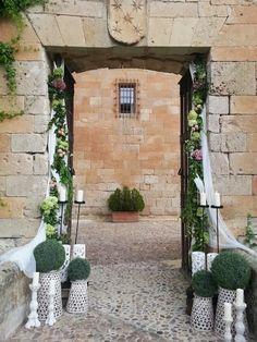Entrada del Castillo del Buen Amor, decorada especialmente para la boda de David y Raquel