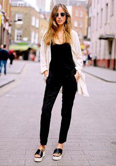 Street style look macacão preto de veludo.