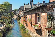 Veules-les-Roses, 600 habitants, est vraisemblablement l'un des plus anciens villages normands – il remonterait au IVe siècle. Son origine étymologique signifierait « point d'eau ». Devant les modestes maisons de pêcheurs, un passage-piéton un peu particulier...pour traverser la Veules.