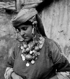 "Africa | ""Femme juive de Tiznit en costume journalier"". Tiznit, Morocco | ca 1934 - 39 | ©Jean Besancenot"
