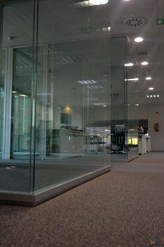 Otro punto de vista parcial de las salas generadas con el modelo Berlín y la serie IT-CONCEPT #itsistemas Madrid, Divider, Furniture, Home Decor, Model, Offices, Interiors, Decoration Home, Room Decor