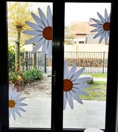 Fall Arts And Crafts, Spring Crafts For Kids, Diy For Kids, Decoration Creche, Class Decoration, Daycare Crafts, Fun Crafts, School Window Decorations, Bloom Where You Are Planted