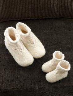 Baby Knitting Patterns Slippers Felted Slip Ons in Lion Brand Wool-Ease – Discover even more … Felted Slippers Pattern, Knitted Slippers, Gestrickte Booties, Knitted Booties, Knit Boots, Baby Booties, Knitting Socks, Free Knitting, Lion Brand Wool Ease