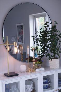 Bildresultat för grå rund spegel Hall Interior, Interior Design, Living Spaces, Living Room, Round Mirrors, Fashion Room, Decoration, Modern, Room Decor