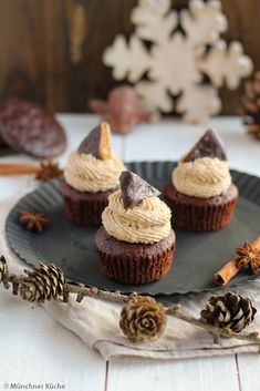 Gingerbread cupcakes with spice frosting - Munich cuisine - The gingerbread cupcakes fit perfectly into the pre-Christmas season and are a real eye-catcher. Lemon Buttercream Frosting, Lemon Cream Cheese Frosting, Cream Cheese Cookies, Cake With Cream Cheese, Frosting Recipes, Carrot Cake Topping, Carrot Cake Muffins, Vegan Carrot Cakes, Salted Caramel Brownies