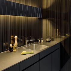 Küchenrückwand aus Glas bedruckt mit Designmotiv und Abdeckung aus kratzresistentem Sicherheitsglas. Bild aus dem Glas Trösch Showroom in Lausanne