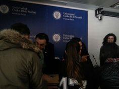 Los estudiantes se quedaron al final para continuar haciendo preguntas a Malik Jandali y al profesor Asiadi.