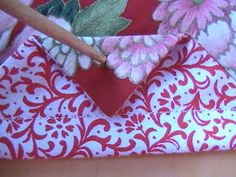 In a previous post I showed what you could make from 2 squares of fabric. Just in case you want to know how, here's the tutorial so you c. Drawstring Bag Pattern, Drawstring Bag Tutorials, Small Drawstring Bag, Easy Sewing Projects, Sewing Tutorials, Sewing Crafts, Fun Projects, Lazy Girl Designs, Fabric Boxes