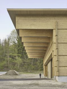 Interlocking timber planks form Workshop Andelfingen by Rossetti + Wyss Architekten Timber Architecture, Architecture Details, Arcade Architecture, Structure Wood, Therme Vals, Timber Planks, Timber Roof, Wooden Facade, Cladding