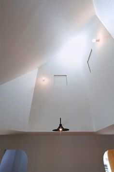 吹き抜け-トップライト(『奇箱 / KIBAKO』明るく開放的な、豊かな空間づくり)
