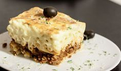 Pastitso (Παστίτσιο) ist für uns Griechen, wie die Lasagne für die Italiener. Auch wenn Pastitsio mit viel Aufwand verbunden ist, so ist es ein lohnenswertes Gericht für die ganze Familie. #pastizio #pastitsio #Παστίτσιο #macaroni #makaronia #lasagne #greek #griechisch