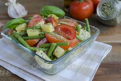 L'insalata di fagiolini con patate e pomodori è l'insalata ideale per le giornate estive. L'insalata di fagiolini può essere consumata come piatto unico..