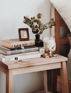 4 DIY Decor Ideas To Give Your Space That Log Cabin Vibe. If you're into boho ru. - 4 DIY Decor Ideas To Give Your Space That Log Cabin Vibe. If you're into boho rustic styles but w - Objet Deco Design, Diy Cabin, Cabin Ideas, Diy Home Decor, Room Decor, Style Rustique, Farmhouse Side Table, Cool Rooms, Rustic Style