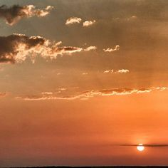 Se c'è un momento della giornata che amo, quello é il tramonto. La cosa che mi sono gustata all'altro capo del mondo, é stato proprio un tramonto, in barca, sull'Oceano, brindando con birra Australiana. Il vero viaggio inizia domani, quello in auto attraverso le strade più nascoste e segrete del Northern Territory, ma per ora mi godo questa stanchezza, fra ore di volo e fusi orari, non mi sembra vero di essere dall'altra parte del mondo. Ore 21.40 circa da Darwin, passo e chiudo…