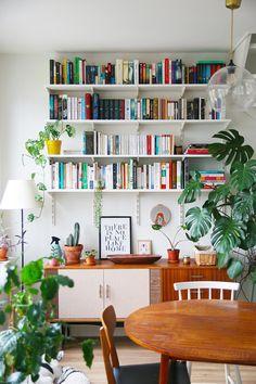 Coin bibliothèque avec buffet vintage – Mango & Salt Library Corner with Vintage Buffet – Mango & Salt Vintage Buffet, Vintage Home Decor, Vintage Furniture, Luxury Furniture, Furniture Design, Home Design, Library Corner, Living Room Decor, Bedroom Decor
