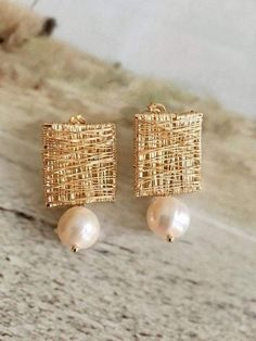 Materials: -gold-filled -freshwater pearl -handmade, gold filled wire wrapped earrings with pearls Pearl Jewelry, Indian Jewelry, Wire Jewelry, Jewelry Crafts, Beaded Jewelry, Handmade Jewelry, Jewellery Box, Gold Jewelry, Handmade Earings