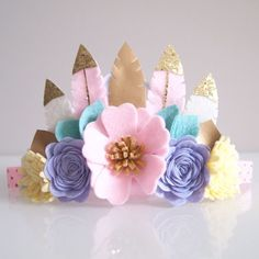 Feather crown pastel candy/ by kireihandmade Felt Crafts, Diy And Crafts, Crafts For Kids, Felt Headband, Baby Headbands, Felt Flowers, Fabric Flowers, Feather Crown, Feather Headband