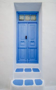 a simpe blue door in the town of Chora in Serifos, Greece by Claire Kelly on Baby Blue Aesthetic, Light Blue Aesthetic, Cool Doors, Unique Doors, Porta Colonial, Porte Cochere, House Doors, Door Knockers, Blue Tones
