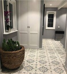 Here they have used nicely # Nice together with the gray walls vakrefliser.no / . Tiled Hallway, Hallway Flooring, Blue Hallway, Porch Tile, Flur Design, Retro Lamp, Moroccan Tiles, Small Room Bedroom, Other Rooms
