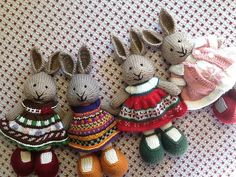 Dress modifications for Little Cotton Rabbits Knitted Bunnies, Knitted Animals, Knitted Dolls, Crochet Dolls, Knitted Baby, Knitting Patterns Free, Free Knitting, Baby Knitting, Crochet Patterns