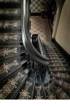 To me it looks more Victorian Aesthetic Era than Art Deco with the use of the black and ornate gold stencil. Maybe Art Nouveau but not Deco. Casa Art Deco, Arte Art Deco, Art Deco Rugs, Art Deco Home, Art Deco Decor, Art Nouveau, Architecture Details, Interior Architecture, Interior Design