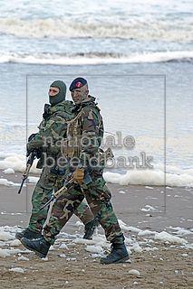 leden van het korps mariniers op het strand van scheveningen tijdens de landing van willem 1