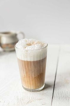 How to make vegan latte macchiato coffee - The Tortilla Channel Vegan latte macchiato a great coffee recipe that you can drink if you are vegan, lactose intolerant or just a lover of coffee. Hot Chocolate Latte, Chocolate Caramels, Latte Macchiato, Frappe, Almond Milk Coffee, Sweet Bourbon, Caffeine And Alcohol, Latte Recipe, Great Coffee