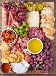 How to Build a Cheese Platter. Be a master entertainer with these simple charcuterie tips and tricks! How to Build a Cheese Platter. Be a master entertainer with these simple charcuterie tips and tricks! Charcuterie Recipes, Charcuterie And Cheese Board, Charcuterie Platter, Meat Platter, Antipasto Platter, Cheese Boards, Crudite Platter Ideas, Simple Cheese Platter, Meat Cheese Platters