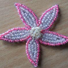 Appliqué de jolie fleur en perles roses et blanches
