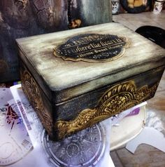 Новости #caixasdemadeira Новости Rustic Painted Furniture, Painted Wooden Boxes, Wood Boxes, Decoupage Box, Decoupage Vintage, Chalk Paint Projects, Shabby Chic Crafts, Diy Gift Box, Altered Boxes