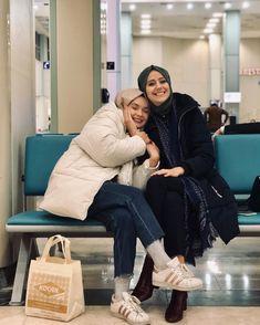 L'image contient peut-être: 2 personnes, personnes assises, chaussures et intérieur Modern Hijab Fashion, Muslim Fashion, Modest Fashion, Fashion Outfits, Muslim Girls, Muslim Women, Mode Turban, Casual Hijab Outfit, Best Friend Pictures