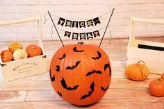 Keine Zeit zum Schnitzen? Dann einfach unsere kostenlose Druckvorlage benutzen und den Kürbis von außen dekorieren!  Diese und andere Anleotungen rund um Halloween gibt es bei Hallo-Eltern.de