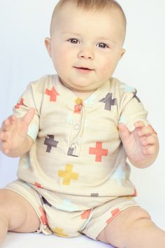 Made for the most modern babes around, this onesie is a staple in any outfit. The color and neutral design creates the perfect look for both boys and girls. Pair with a coordinating bib bandana or super cute headband for swoon worthy photos.    The perfect, basic romper for wriggly little ones. ...