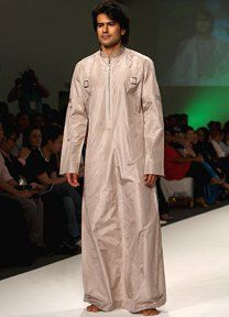 Caftan, es una túnica de algodón o seda abotonada por delante, con mangas, que llega hasta los tobillos y que se viste con una faja.