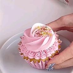 Cupcake Decorating Tips, Cake Decorating Frosting, Creative Cake Decorating, Cake Decorating Designs, Cookie Decorating, Decoration Patisserie, Dessert Decoration, Decorations, Pretty Cupcakes